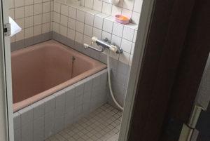 1:経年劣化が目立つお風呂に