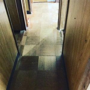 1:工事前 古く暗い廊下が
