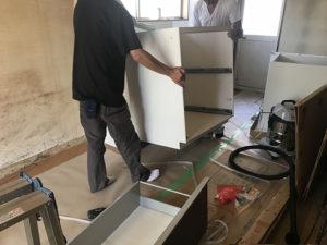 4:丁寧にシステムキッチン搬入
